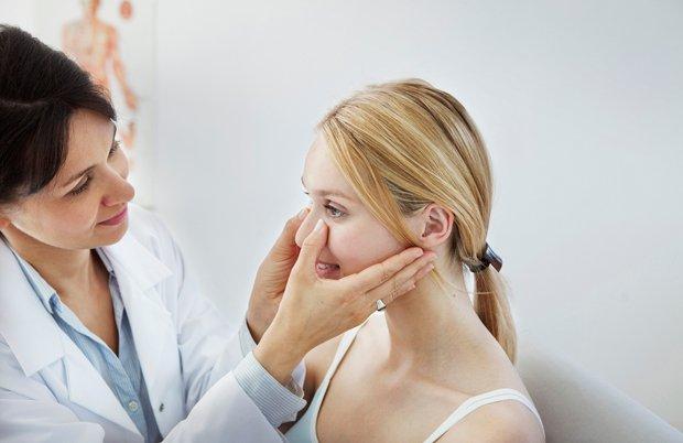 Обследование носа у врача