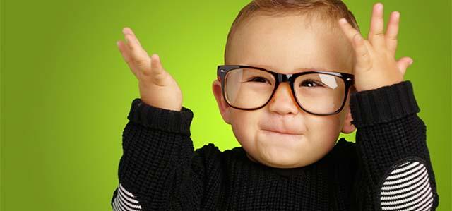 Довольный малыш в очках