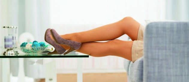 Ноги девушки лежат на столе