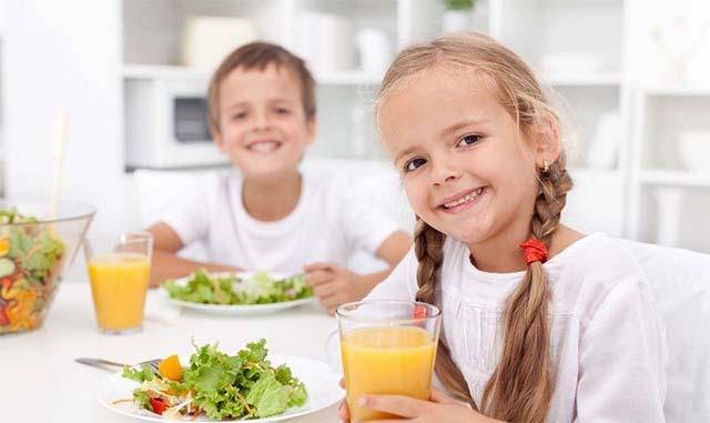 Девочка и мальчик завтракают