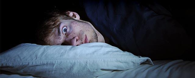Мужчина не спит в темноте