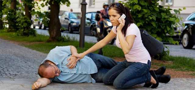 Девушка звонит и оказывает помощь