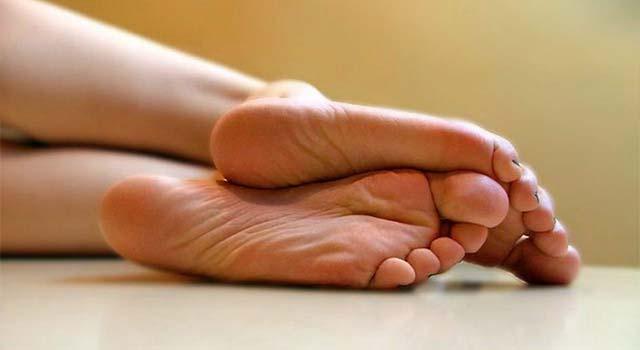 Девушка лежит подтянув к себе колени