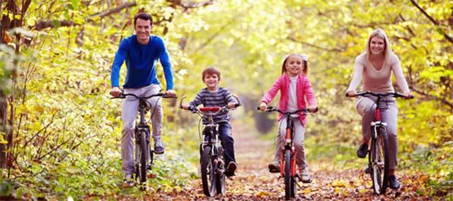 Семья катается на велосипедах