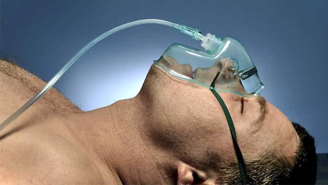 Мужчина лежит в кислородной маске