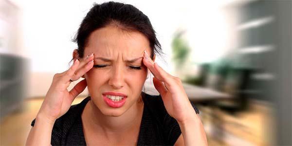 У девушки болит голова в районе висков