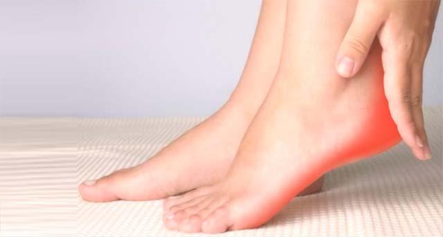 Женские ноги на полу