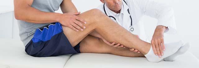 Спортсмен сидит на обследовании у врача