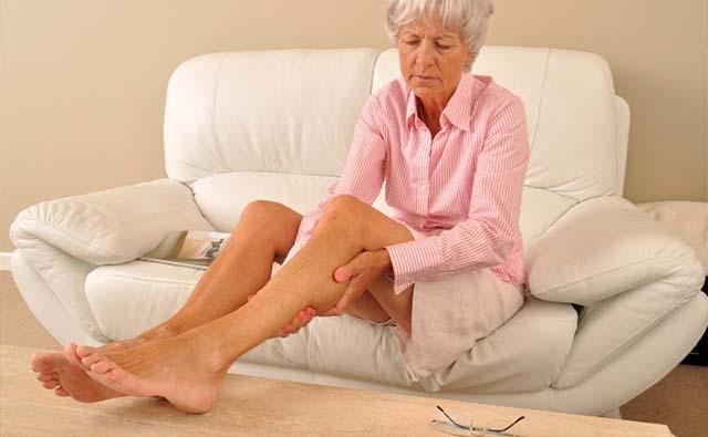 Пожилая женщина ухаживает за ногами