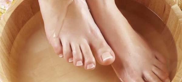 Как лечить опухшие ноги вследствие отеков и ушибов домашними средствами