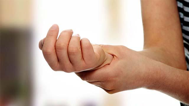 Девушка обхватила свою руку