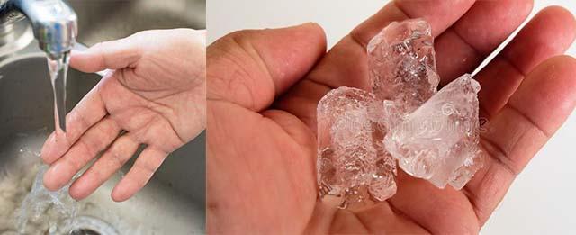 Палец под струей воды и лед на ладони