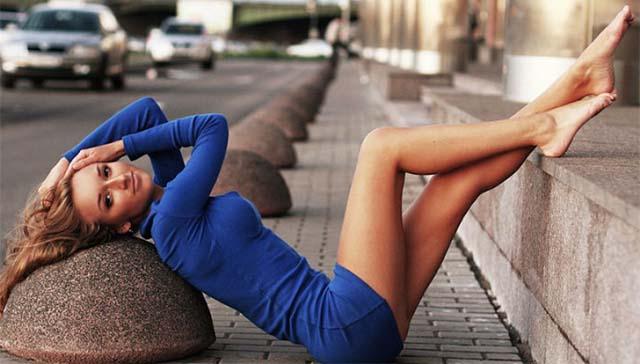 Девушка позирует лежа на асфальте