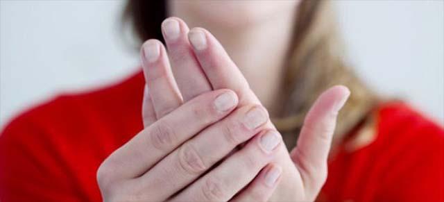 Девушка разминает руку