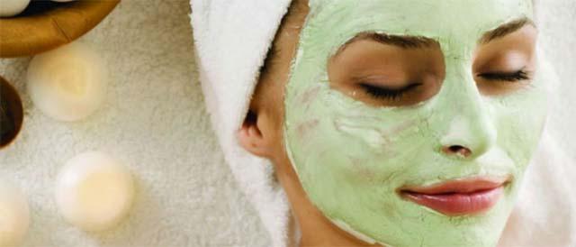 Девушка в зеленой маске