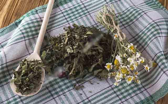 Ромашка и чай на платке