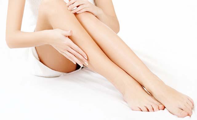 Девушка гладит свои ноги