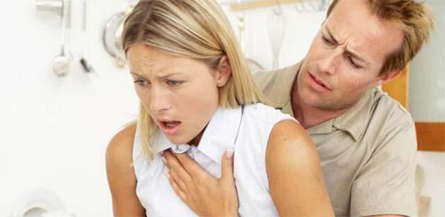 мужчина помогает девушке при кашле