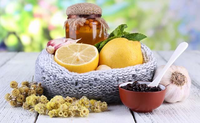Лимон, варенье и ягоды на столе