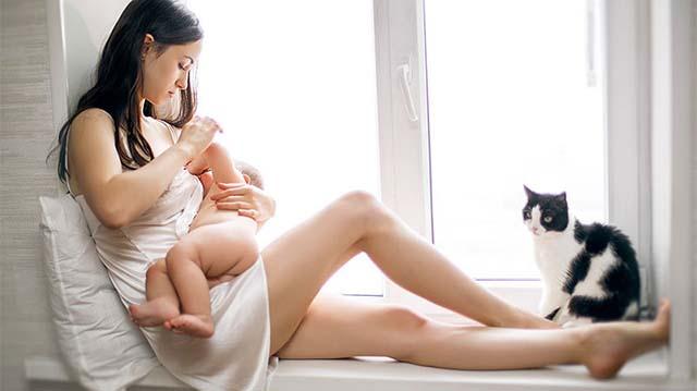 Мама сидит с ребенком на подоконнике
