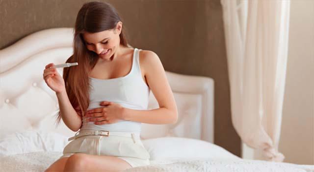 Девушка на раннем сроке беременности