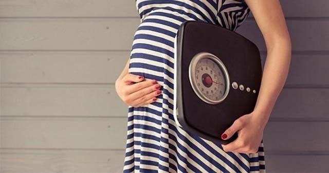 Беременная девушка с весами