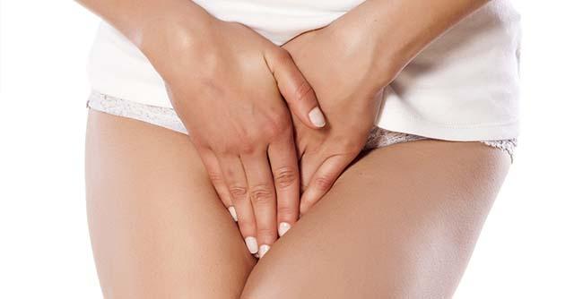 Девушка зажимает свои руки ногами