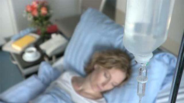 Пациентка лежит под капельницей
