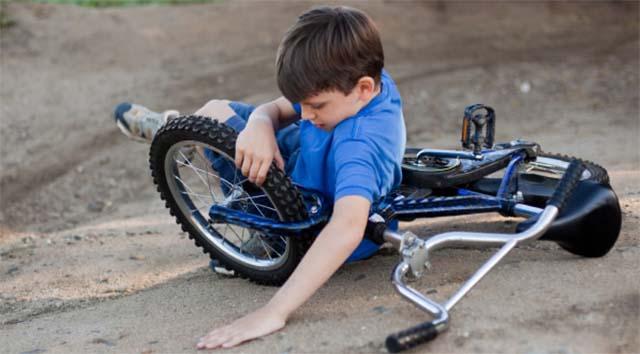Мальчик упал на велосипеде