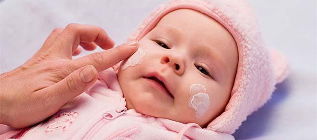Новорожденного намазали кремом
