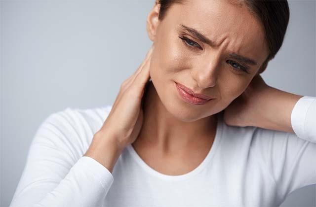 У девушки болит шея