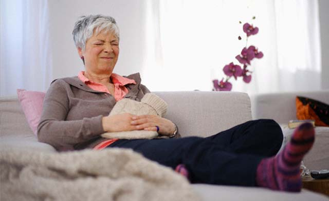 У пожилой женщины болит живот