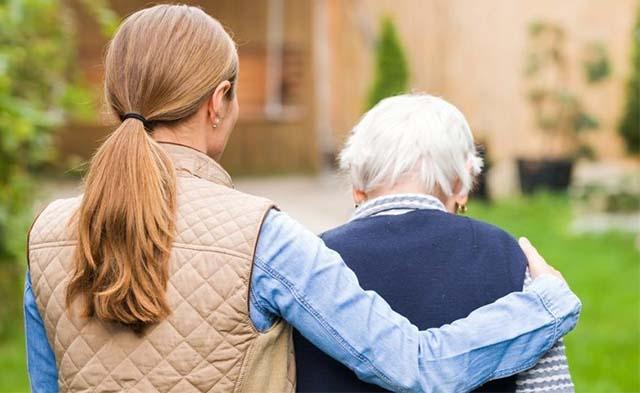 Пожилой человек на прогулке