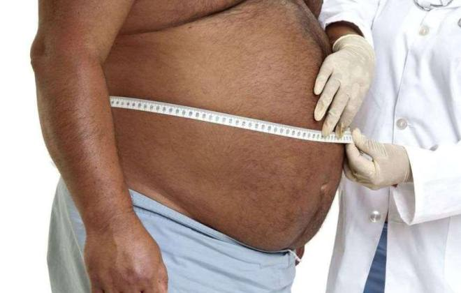 Врач измеряет объем живота