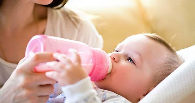 Мама кормит новорожденного