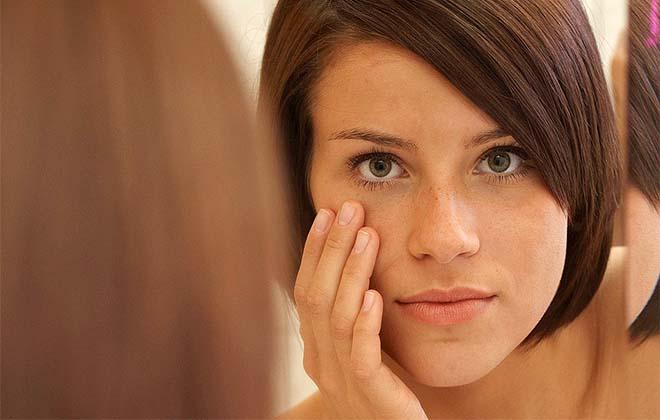 Девушка гладит лицо